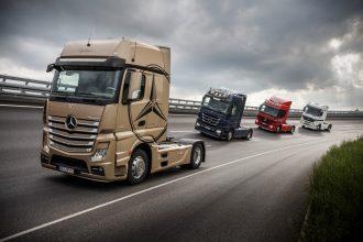 Mercedes-Benz; Actros Range (von links): 1863 LS; 4x2; New Actros (ab 2011); OM 473 Euro VI mit 460 kW (625 PS); 15,6 L Hubraum; 2,5m GigaSpace-Fahrerhaus; Lackierung: champagner metallic; 1848 LS; 4x2; Actros 3 (ab 2008); OM 501 Euro V mit 350 kW (476 PS); 11,95 L Hubraum; Megaspace-Fahrerhaus; Lackierung: nautikblau metallic1846 LS; 4x2; Actros 2 (ab 2003); OM 501 Euro V mit 335 kW (456 PS); 11,95 L Hubraum; L-Fahrerhaus; Lackierung: magmarot1843 LS; 4x2; Actros 1 (ab 1996); OM 501 Euro III mit 315 kW (428 PS); 11,95 L Hubraum; Megaspace-Fahrerhaus; Lackierung: weiß Mercedes-Benz; Actros range (from left):1863 LS; 4x2; New Actros (from 2011); OM 473 Euro VI rated at 460 kW/625 hp; displacement 15.6 l; 2.5 m GigaSpace cabin; paintwork: champagner metallic 1848 LS; 4x2; Actros 3 (from 2008); OM 501 Euro V rated at 350 kW/476 hp; displacement 11.95 l; Megaspace cabin; paintwork: nautical blue metallic1846 LS; 4x2; Actros 2 (from 2003); OM 501 Euro V rated at 335 kW/456 hp; displacement 11.95 l; L cabin; paintwork: magma red1843 LS; 4x2; Actros 1 (from 1996); OM 501 Euro III rated at 315 kW/428 hp; displacement 11.95 l; Megaspace cabin; paintwork: white