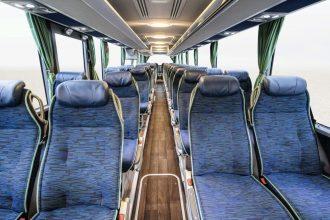 Mercedes-Benz Tourismo L; OM 470 mit 315 kW/428 PS; 10,7 L Hubraum, 8-Gang Mercedes-Benz GO250-8 PowerShift; Länge/Breite/Höhe: 13.990/2.550/3.620mm; Lackierung: Königsblau-Metallic; Bestuhlung: 1/52; Sitzbezüge: Oslo Blue Green; Vorhänge: Dunkelgrün Mercedes-Benz Tourismo L; OM 470 rated at 315 kW/428 hp; 10.7 l displacement, 8-speed Mercedes-Benz GO250-8 PowerShift; length/width/height: 13,990/2550/3620mm; paintwork: royal blue metallic; seating: 1/52; seat covers: Oslo blue green; curtains: dark green