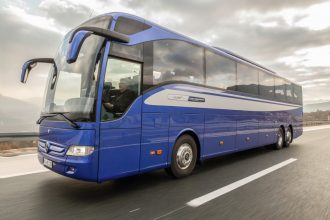 Mercedes-Benz Tourismo L; OM 470 mit 315 kW/428 PS; 10,7 L Hubraum, 8-Gang Mercedes-Benz GO 250-8 PowerShift; Länge/Breite/Höhe: 13.990/2.550/3.620 mm; Lackierung: Königsblau-Metallic; Bestuhlung: 1/52; Sitzbezüge: Oslo Blue Green; Vorhänge: Dunkelgrün Mercedes-Benz Tourismo L; OM 470 rated at 315 kW/428 hp; 10.7 l displacement, 8-speed Mercedes-Benz GO 250-8 PowerShift; length/width/height: 13,990/2550/3620 mm; paintwork: royal blue metallic; seating: 1/52; seat covers: Oslo blue green; curtains: dark green