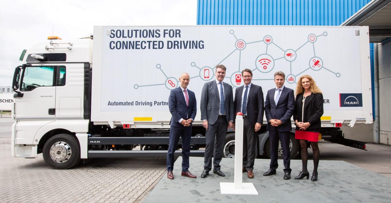 Ο κύριος Joachim Drees, Διευθύνων Σύμβουλος της MAN Truck & Bus AG (δεύτερος από αριστερά), με συνεργάτες από την DB Schenker και το Πανεπιστήμιο Fresenius, εγκαινιάζει το πρώτο παγκοσμίως platooning με πρακτική χρήση.