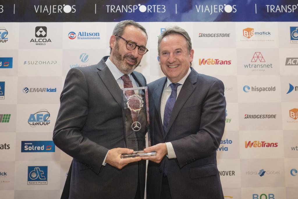 Juan Antonio Maldonado (links), Geschäftsführer der EvoBus Ibérica, S.A.U., erhält den Preis von Miguel Ruíz (rechts), Vorsitzender der ATUC. Juan Antonio Maldonado (links), Geschäftsführer der EvoBus Ibérica, S.A.U., erhält den Preis von Miguel Ruíz (rechts), Vorsitzender der ATUC.