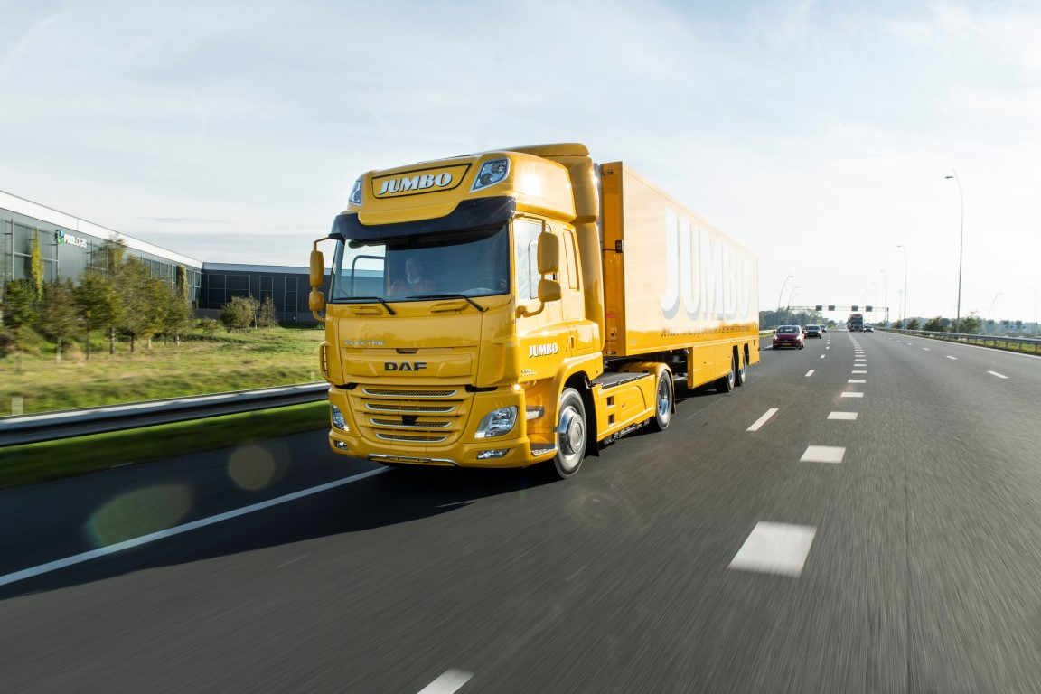 Jumbo-takes-delivery-of-first-DAF-CF-Electric-01 (Medium)