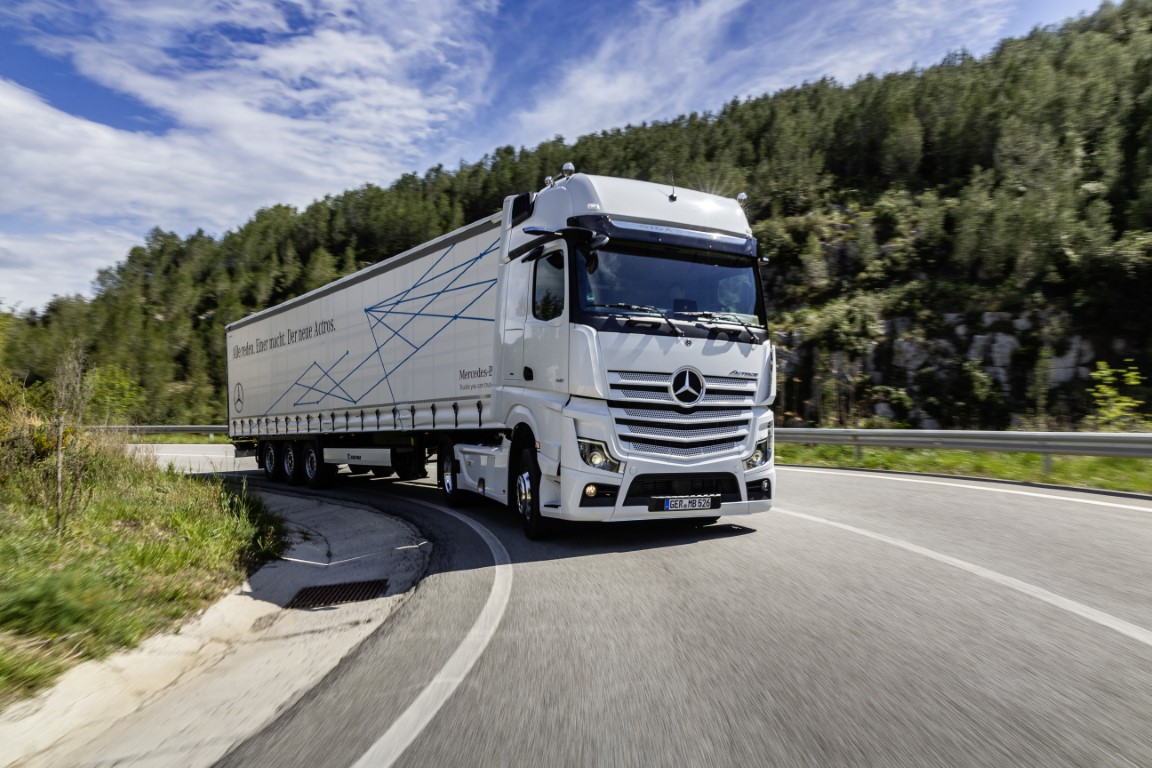 Mercedes-Benz Actros mit Active Brake Assist 5 und Abbiege-Assistent, Active Drive Assist, MirrorCamMercedes-Benz Actros with Active Brake Assist 5 and Sideguard Assist, Active Drive Assist, MirrorCam