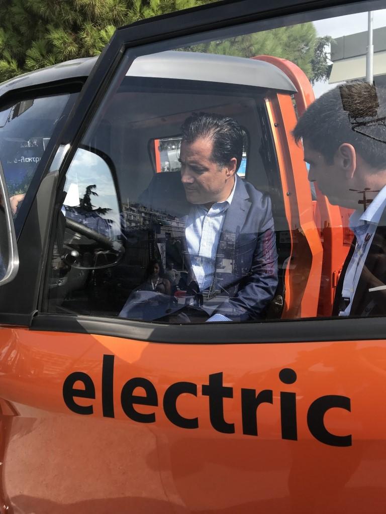 Ο Υπουργός Ανάπτυξης και Επενδύσεων, κ. Άδωνις Γεωργιάδης, στη θέση του οδηγού στο ηλεκτρικό 3MX (Medium)