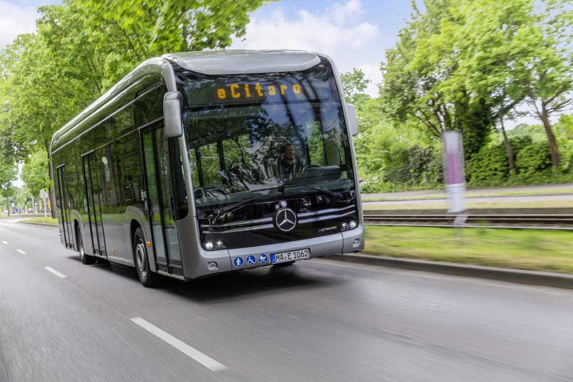 Mercedes-Benz eCitaro mit vollelektrischem Antrieb, Exterieur, anthrazit metallic, 2 x elektrischer Radnabenmotor, 2 x 125 kW, 2 x 485 Nm, LED-Scheinwerfer, Länge/Breite/Höhe: 12.135/2.550/3.400mm, Beförderungskapazität: 1/80 Mercedes-Benz eCitaro with all-electric drive, exterior, anthracite metallic, 2 x electric hub motor, 2 x 125 kW, 2 x 485 Nm, LED headlamps, length/width/height: 12135/2550/3400 mm, passenger capacity: 1/80.