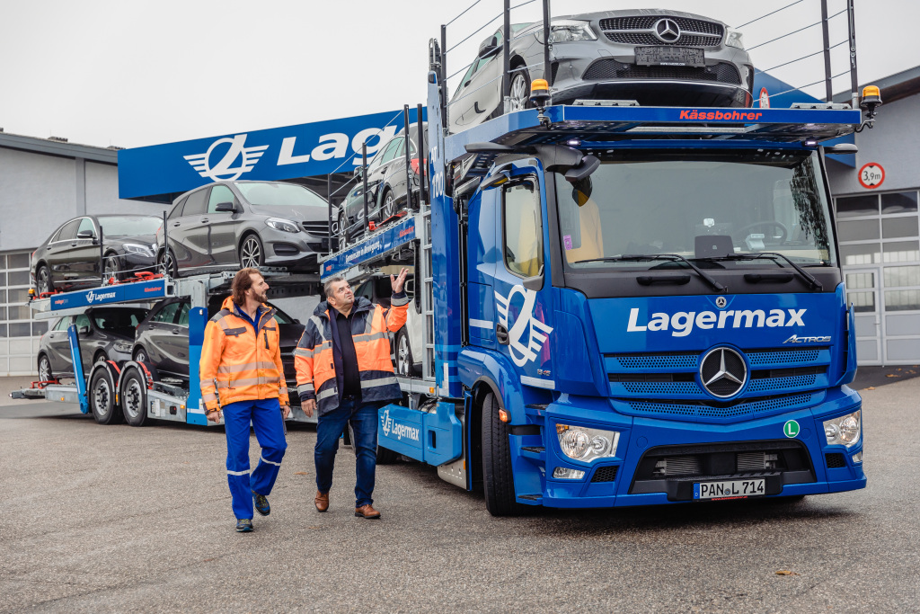 Effizient unterwegs, flexibel im Aufbau: neuer Actros erstmals als offener AutotransporterEfficient on the road, flexible choice of bodies: the new Actros available for the first time as an open car transporter
