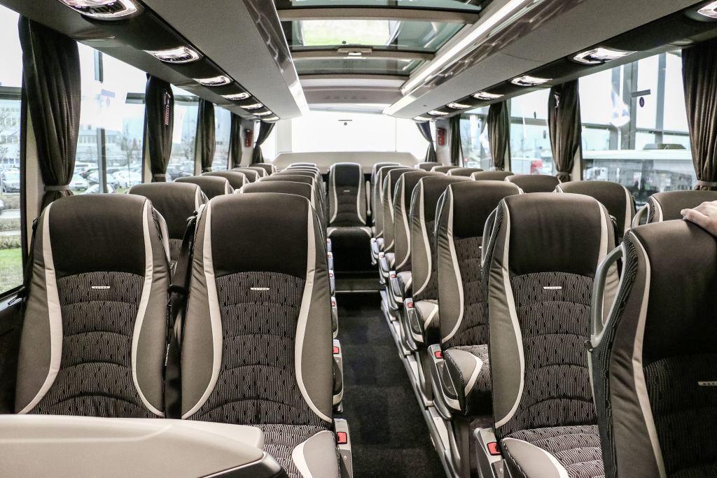 Die S 516 HDH sind mit hochwertigen Sitzen des Typs Setra Voyage Ambassador ausgestattet. The S 516 HDH models are equipped with high-class Setra Voyage Ambassador seats.