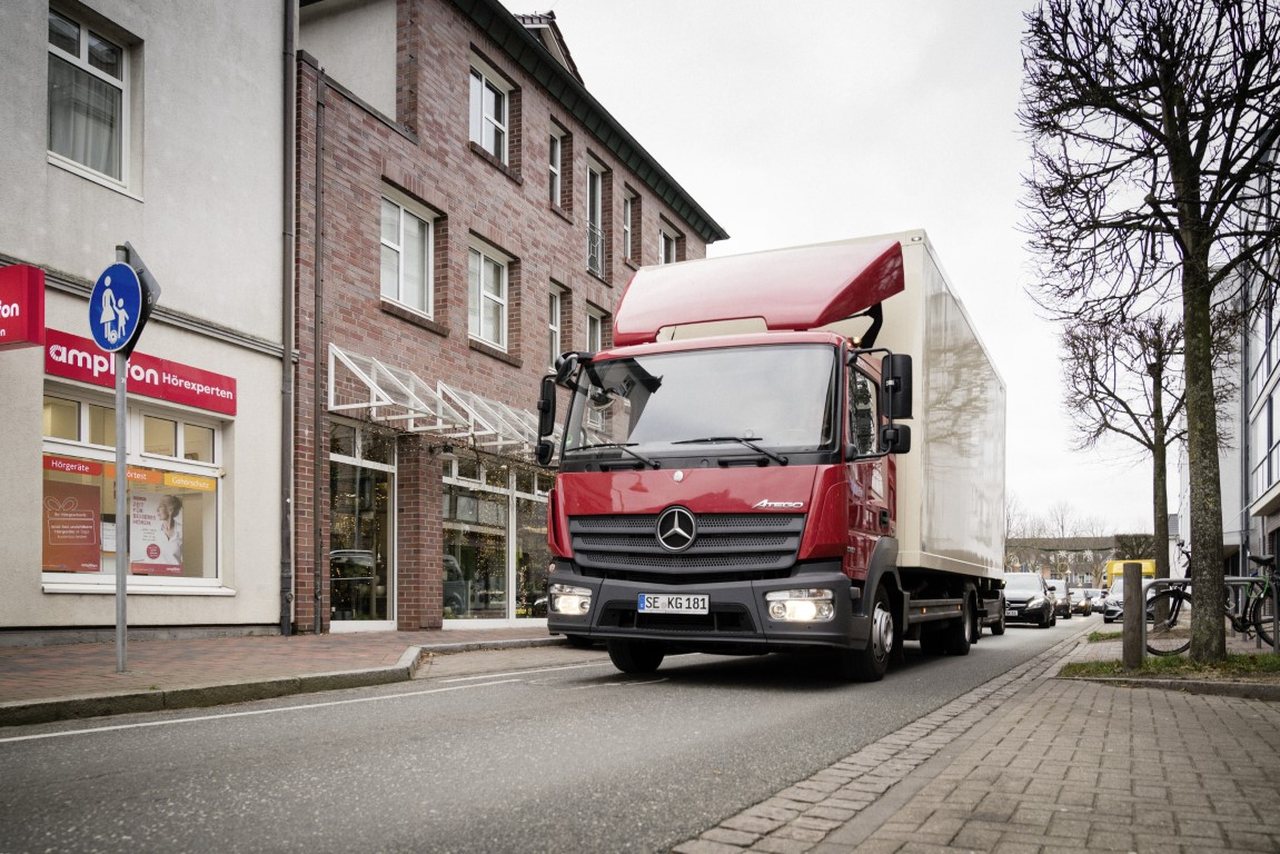 Advent, Advent… Mercedes-Benz Atego bringt WeihnachtssterneThe Mercedes-Benz Atego delivers poinsettias during the advent period