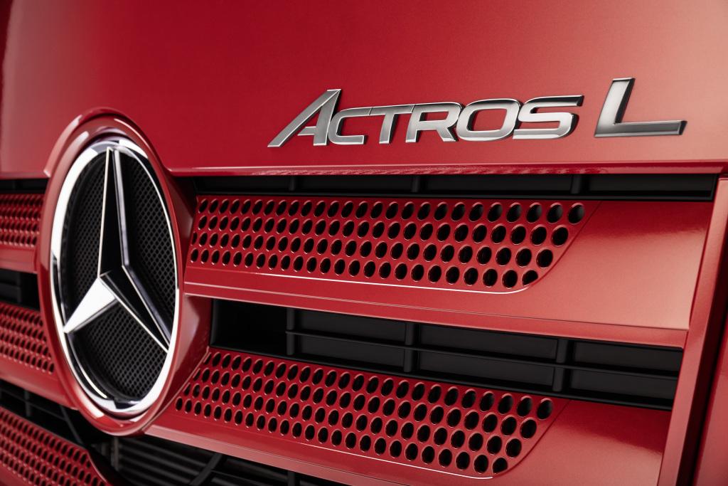Der Actros L: Mercedes-Benz Trucks setzt neue Maßstäbe im Premium-Segment der Fernverkehrs-LkwThe Actros L: Mercedes-Benz Trucks sets new standards in the premium segment for long-distance haulage trucks