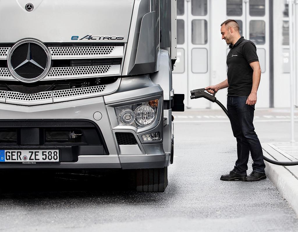 E-Mobility: Mercedes-Benz Trucks schließt strategische Partnerschaft für Ladeinfrastruktur mit Siemens Smart Infrastructure, ENGIE und EVBox GroupE-Mobility: Mercedes-Benz Trucks establishes a strategic charging infrastructure partnership with Siemens